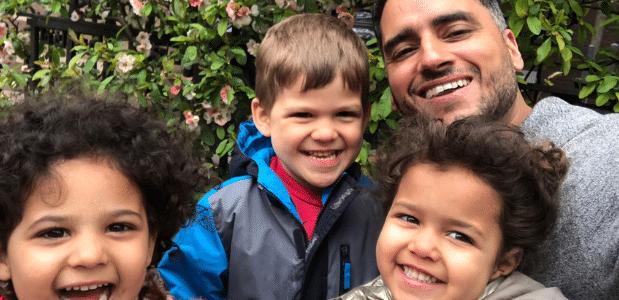 Tutustu hämmästyttävään homo-3 lapsen yksinhuoltajaisään, jonka aviomies kuoli ennen kaksosten syntymää